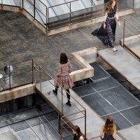 Modelka w nowej roli na pokazie Chanel wiosna – lato 2020